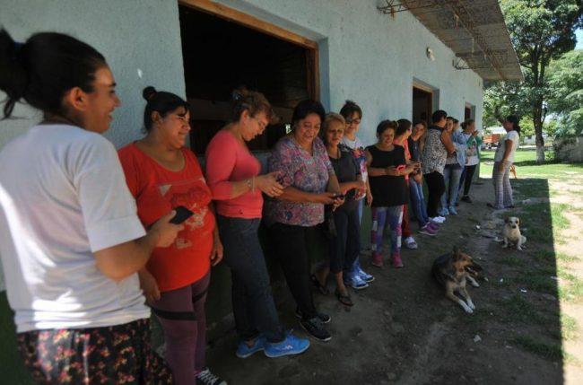 Para que los hombres no malgasten el sueldo en asados y apuestas, la comuna de Rumi Punco les paga a las mujeres