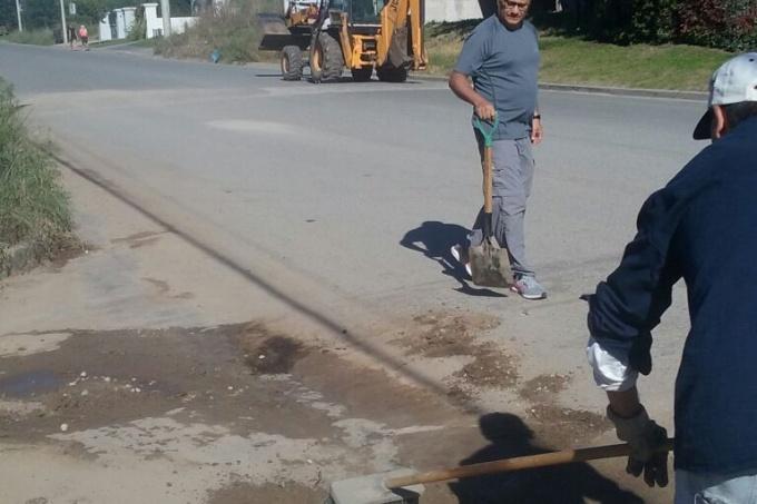 A contramano: intendente de Balcarce cerró paritarias con los municipales y hasta salió a limpiar zanjas