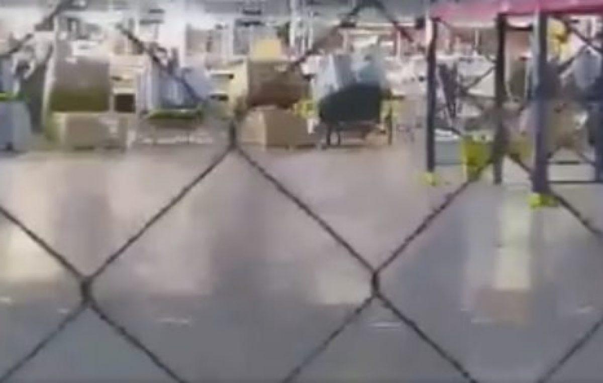 Otro montaje PRO: obreros confinados detrás de un alambrado en un acto de Macri