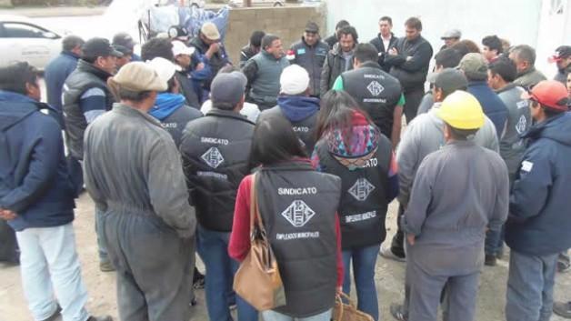 Municipales de Esquel inician retención de servicios por 48 horas en reclamo de paritarias