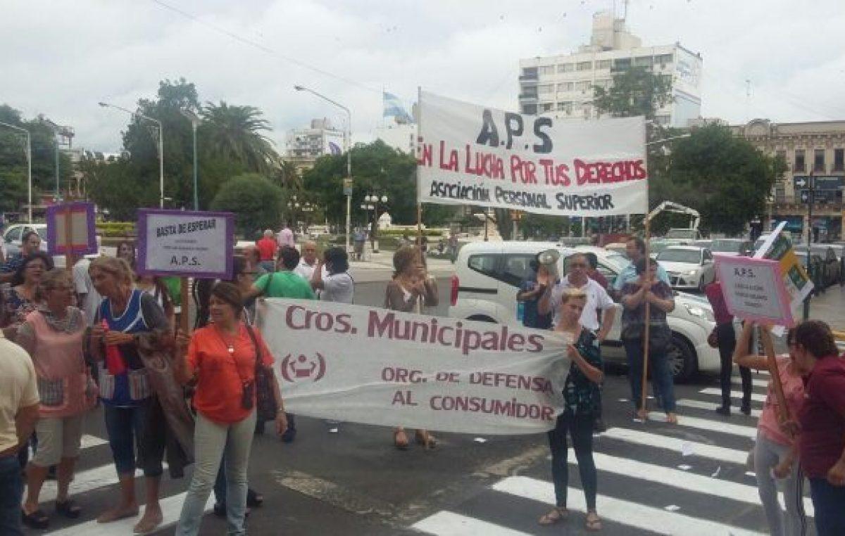 Paraná: Jerarquizados reclamaron apertura de paritarias frente a la Municipalidad