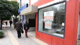 Comerciantes neuquinos abandonan el centro por los costos