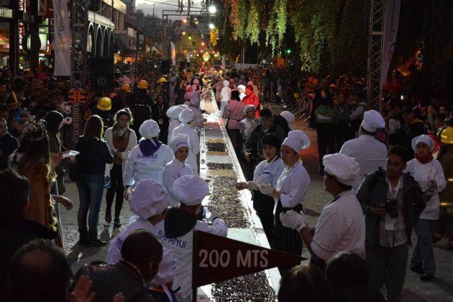 Diez mil personas disfrutaron de la barra de chocolate más larga del mundo en Bariloche