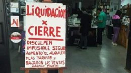 """""""Gracias Macri"""": la amarga ironía de una librería rosarina que debe cerrar sus puertas"""