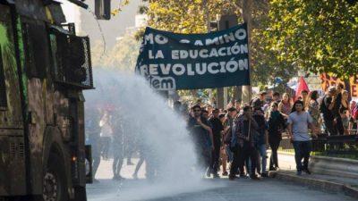 Jóvenes rechazan reforma educativa superior en Chile