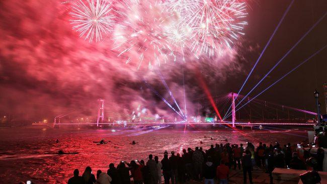 Santa Fe: Con un gran show de fuegos artificiales se inauguró la iluminación del Puente Colgante