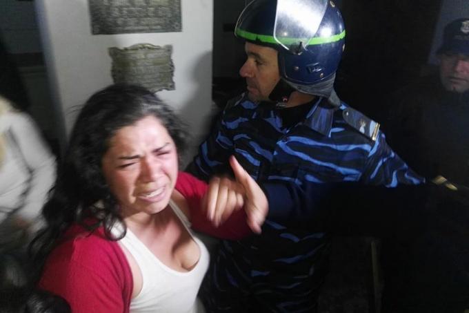 Violento desalojo en Azul y una dirigente social detenida tras un duro cruce con el intendente