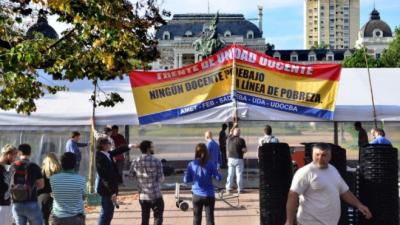 Se recrudece el conflicto docente en la Provincia: la escuela itinerante llegó a La Plata