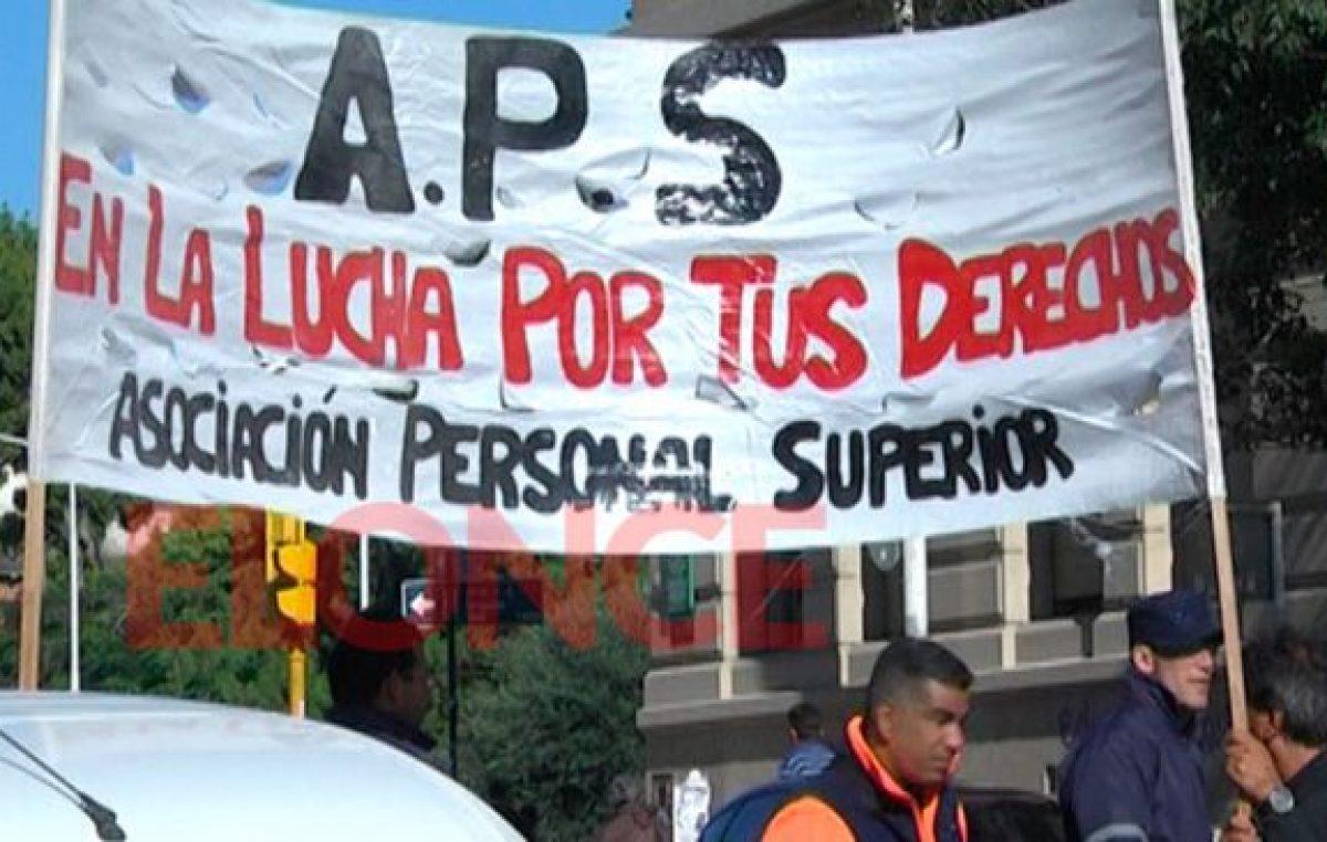 Jerarquizados protestaron frente al municipio de Paraná y cortaron la calle