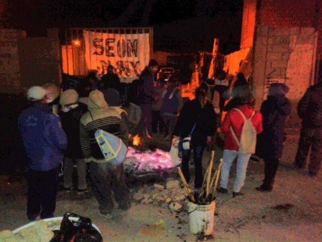 """Obreros """"atrincherados en el canchón municipal de La Quiaca"""