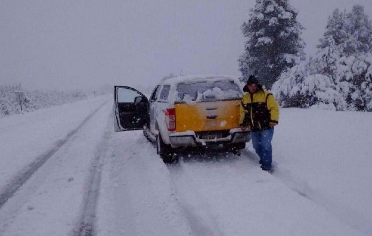 Rutas cortadas y sin luz en Chubut y Santa Cruz por el temporal de nieve, lluvia y viento