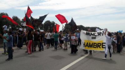 En Las Flores y Zárate trabajadores despedidos reclamaron junto a sus intendentes