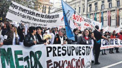 Paro en Uruguay y masiva marcha de trabajadores