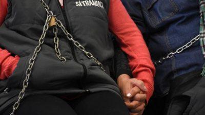 Municipales de Cipolletti reclamaron encadenándose en un edificio municipal