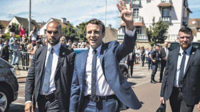 Francia le firma un cheque en blanco a Macron