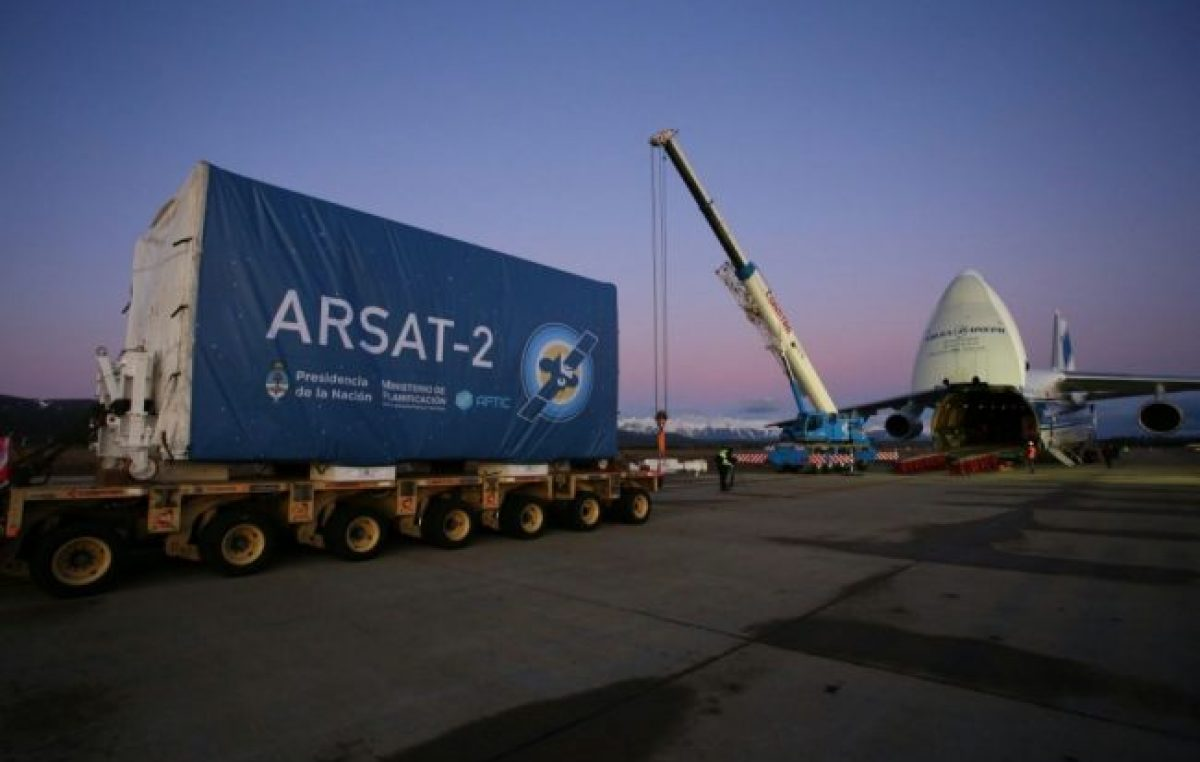 Fin del sueño soberano: con una maniobra ilegal, el Gobierno privatiza los satélites
