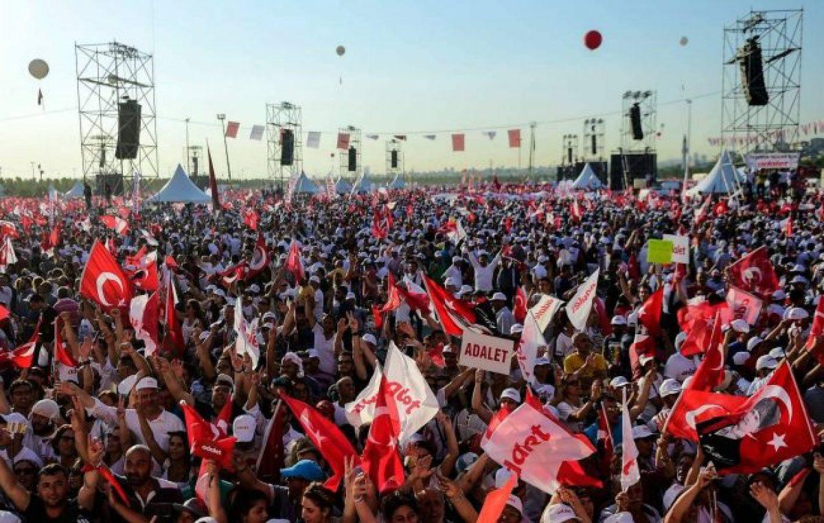 Multitudinaria marcha de la oposición turca en Estambul