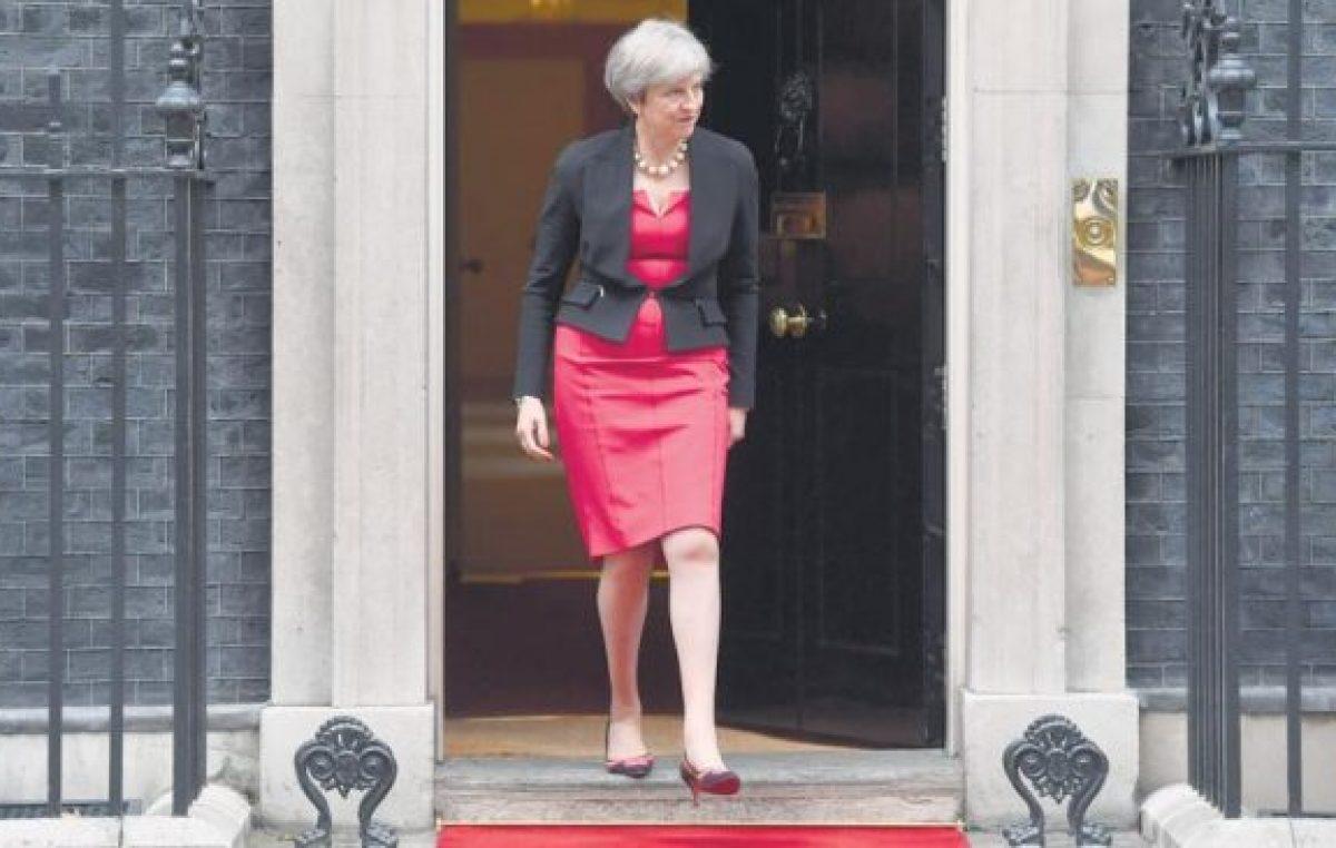 May se queda sola en su divorcio con Europa