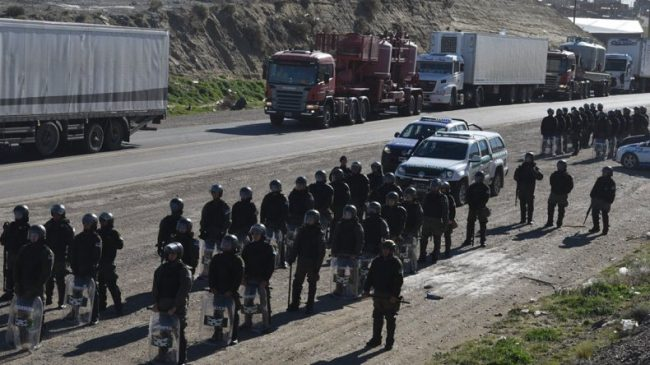 Municipales de Caleta cortaron ruta, desafiaron a la Gendarmería y por poco no los reprimen