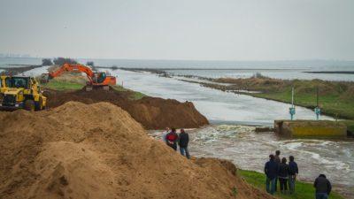 Desesperado, el intendente de Trenque Lauquen puso un colectivo para frenar la inundación