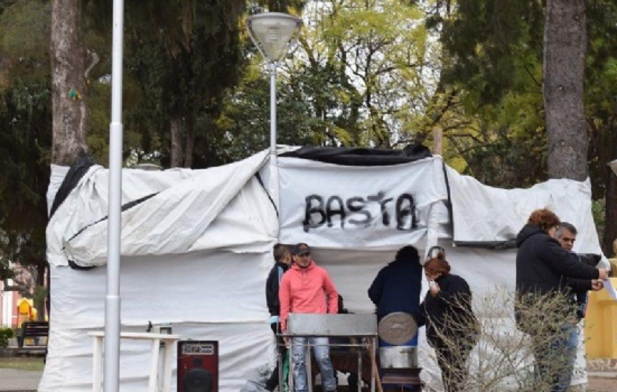 Municipales de Capayán siguen protestando frente a la comuna