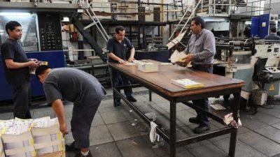 Más empleo precario y menos industrial