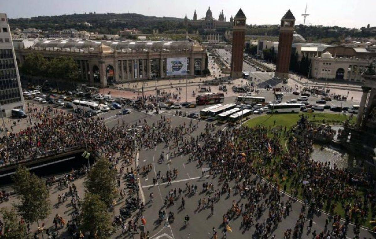 Madrid vs Barcelona: la policía confisca urnas y los estudiantes protestan en Cataluña