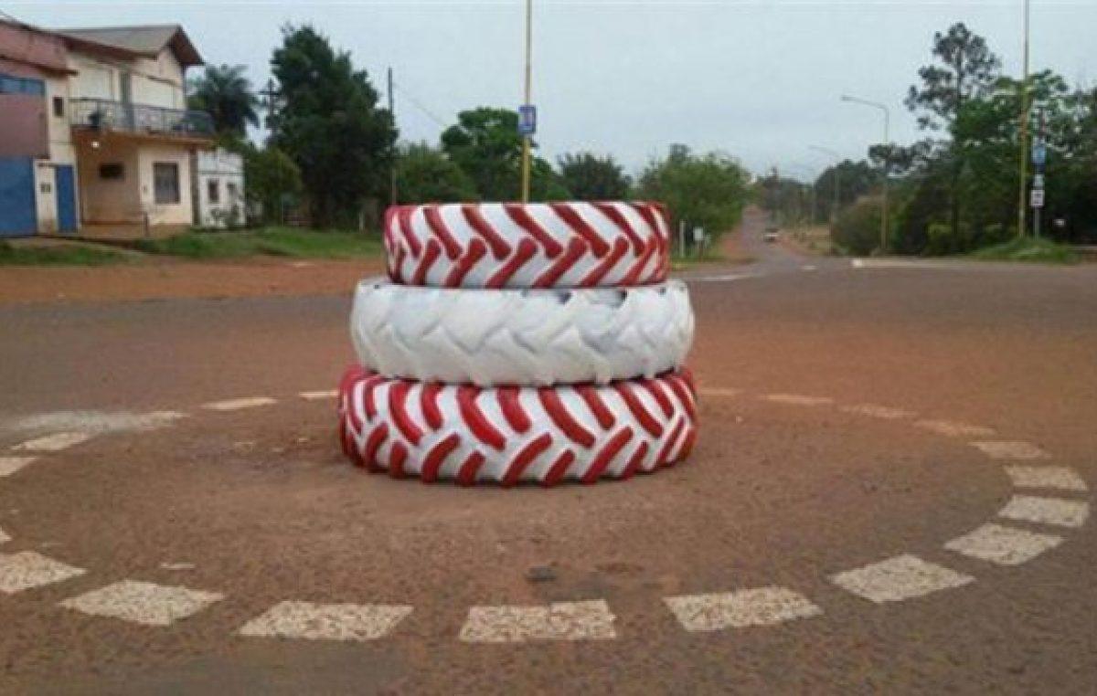 Un intendente correntino usó tres ruedas para señalizar rotonda e hizo un acto para inaugurarlo