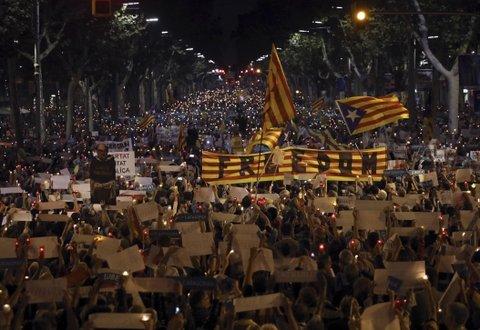 Catalanes se movilizan en masa contra la detención de dos líderes separatistas