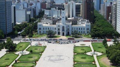 Organizaciones sociales reclaman por las cooperativas y cortan calles cerca de la Municipalidad de La Plata