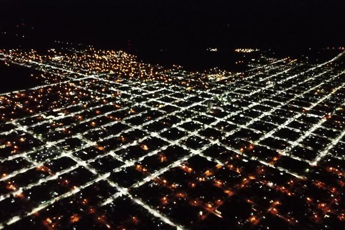 El día y la noche: en Dolores colocaron tres mil luces LED y así se ve desde el cielo