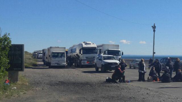 Municipales de Caleta Olivia cortaron la ruta