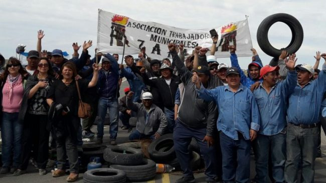 Zapala: Sigue la protesta municipal en la Ruta 22 en reclamo a una suba salarial