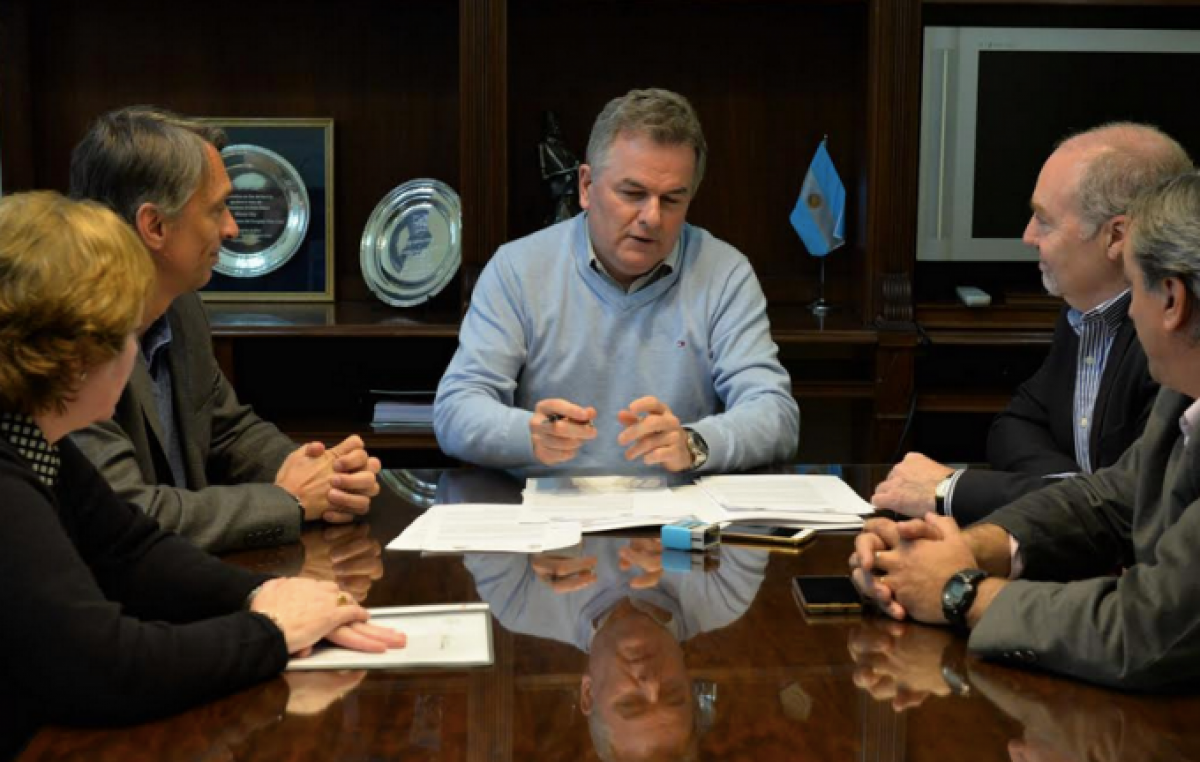 Escándalo: El Intendente de Bahía pagó el hotel de Arjona en la misma semana en que lanzó un ajuste