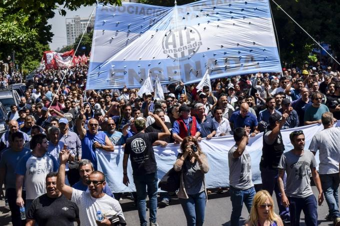 """La Plata: Más de 60 gremios marcharon a Gobernación """"en defensa del trabajo y contra la reforma laboral"""""""