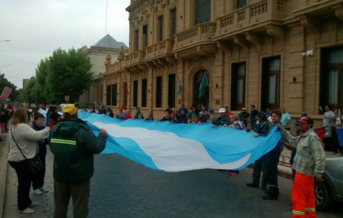 Coronel Suárez: los municipales marcharon por una suba salarial