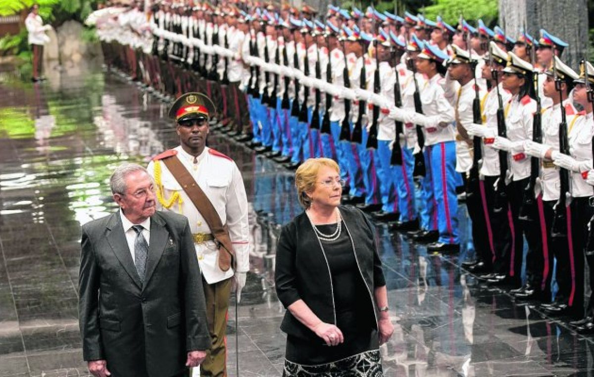 Bachelet viajó a Cuba y se reunió con Raúl Castro: críticas de Sebastián Piñera