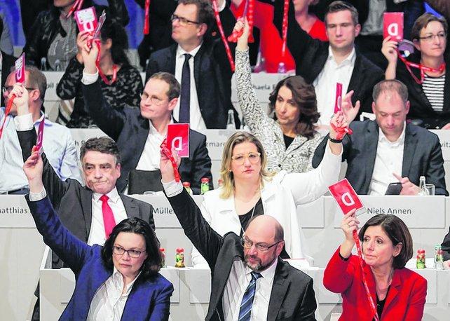 """Socialdemócratas alemanes dan un sufrido """"sí"""" a formar gobierno con Merkel"""