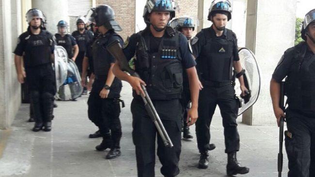 Espectacular intimidación policial: anunciaron 120 despidos en el Hospital Posadas