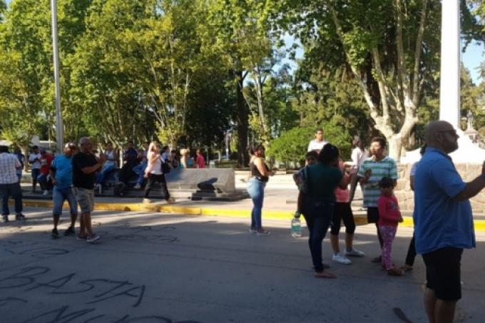 Más de dos meses sin luz: Vecinos reclamaron en la municipalidad de San Vicente