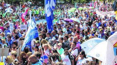 Municipales y docentes santafesinos pasearon su bronca por la capital provincial