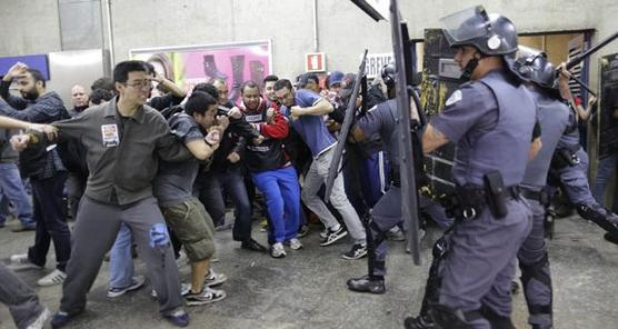 Chocan policías y maestros en huelga en Sao Paulo