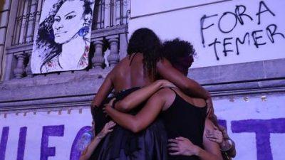 Marchan por Marielle en la favela de Maré