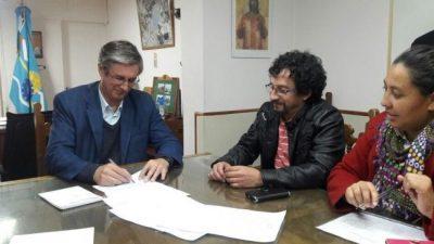 El intendente de Esquel firmó acuerdo con gremios y habrá un 18 % de aumento salarial para los municipales