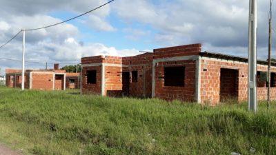 Tres años para terminar 75 casas: en Lezama, la oposición pidió declarar la Emergencia Habitacional