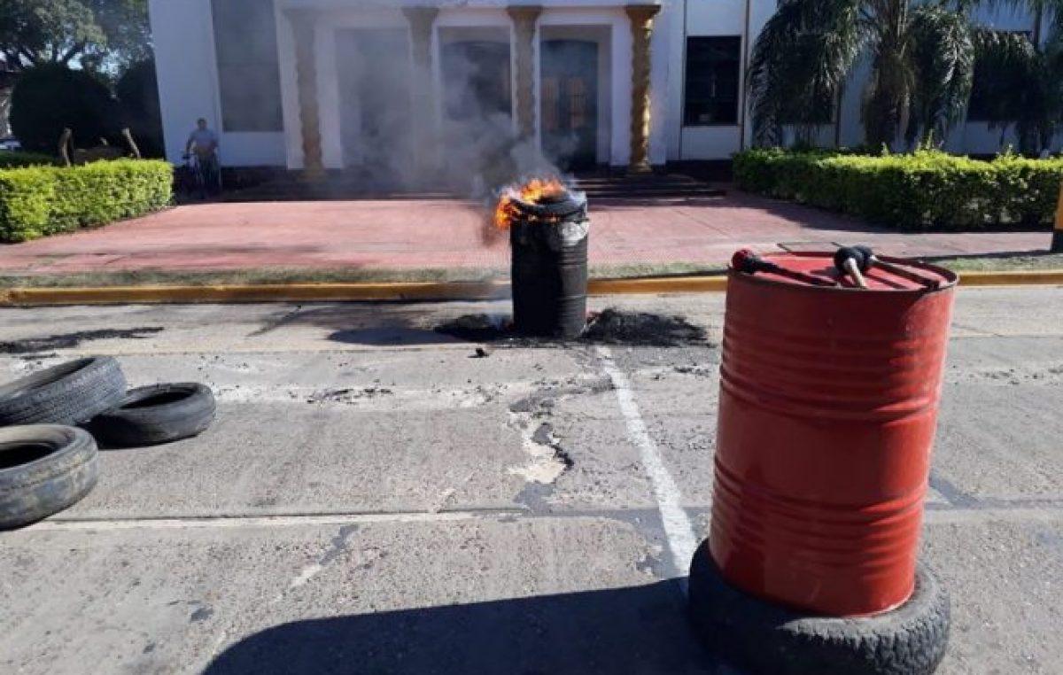 Conflicto en Esquina: municipales protestan frente a la Intendencia