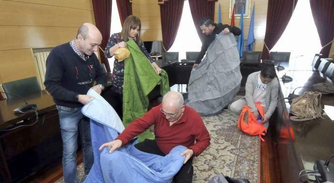 España: Trabajadores municipales se encierran en el Ayuntamiento de Langreo