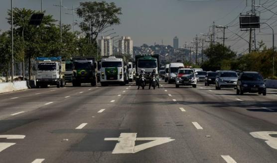 Un paro de camioneros contra el aumento en el gasoil paraliza Brasil
