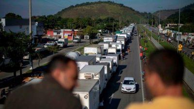 Brasil: la policía se suma a la protesta de los camioneros