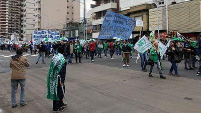 """Municipales marcharon para exigir """"un sinceramiento salarial"""" en Avellaneda."""